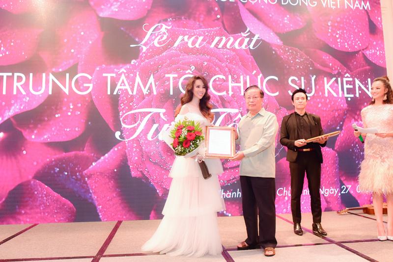 Nguyễn Hoàng Tố Uyên - Người phụ nữ tài sắc vẹn toàn mang nụ cười loan tỏa cho xã hội.